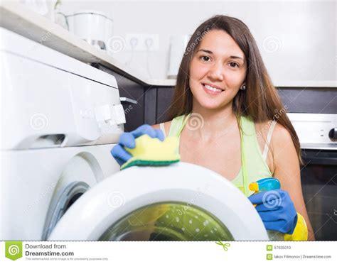 haus der jungen forscher waschendes haus der jungen frau stockfoto bild 57635010