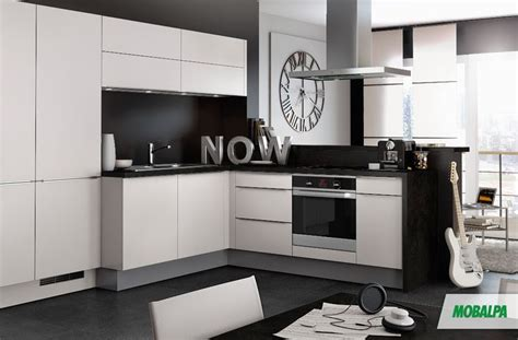 cuisine grise plan de travail blanc cuisine murs gris fonc 233 s meubles blancs et plan de