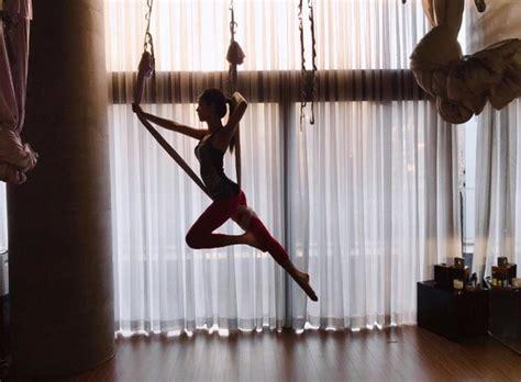 blackpink exercise blackpink jennie and jisoo upload sexy yoga photos koreaboo
