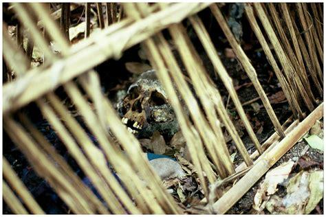 Batu Gambar Wanita Meniup Menyan perkuburan dalam sangkar yang pelik dairishare