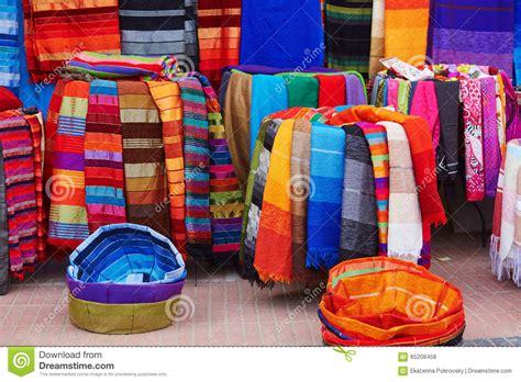 tappeti dwg bunte gewebe und teppiche f 252 r verkauf in marokko stockfoto