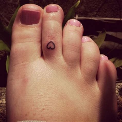 ariana grande s tiny heart tattoo on her toe popstartats