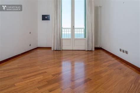 appartamento a lido di camaiore attico con superattico fronte mare