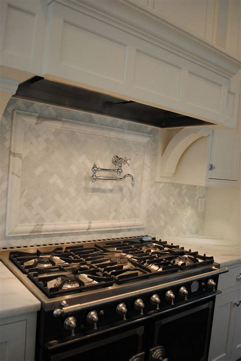 honed marble backsplash classic gambrel home with coastal interiors home bunch interior design ideas