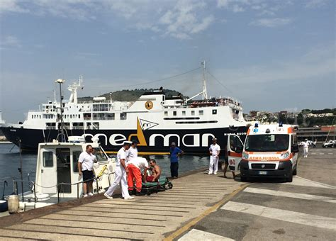 capitaneria di porto di pozzuoli pozzuoli onde alte due metri travolgono fratelli a 100