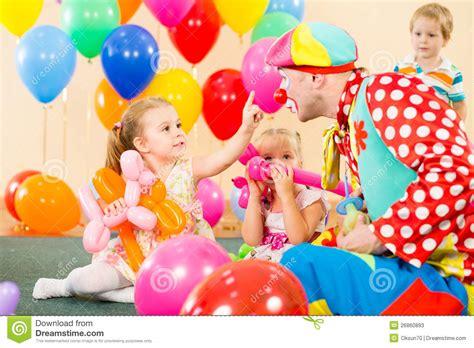 imagenes de cumpleaños jovenes ni 241 os felices con el payaso en fiesta de cumplea 241 os fotos