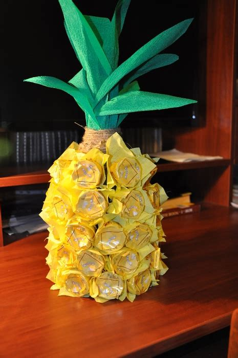Unique Gift Idea - creative gift wrap ideas wine bottle looks like pineapple