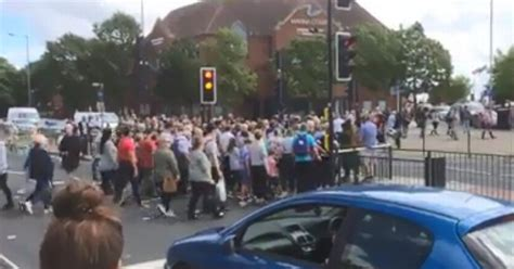 hull daily news online hull events hull daily mail packed crowd battling to cross a63 castle street shows