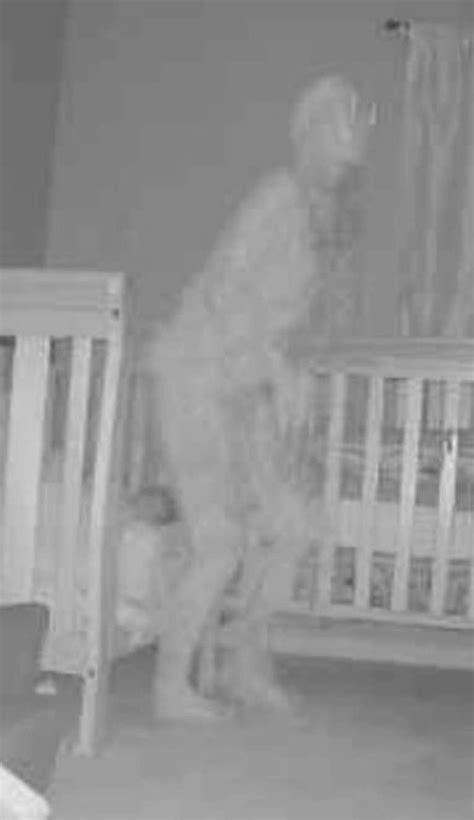 """Una joven abuela fotografió a """"un demonio"""" en la cama de"""