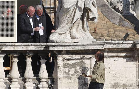 bibbia santa sede vaticano brucia bibbia durante l angelus arrestato un romeno