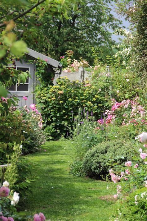 exemple de jardin avec plantes de toutes sortes d 233 co