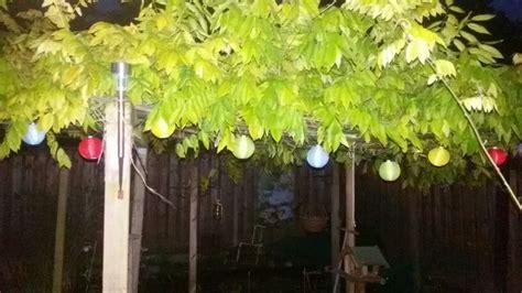 bolletjes tuin gezellig kleurtjes bolletjes avond verlichting garden tuin