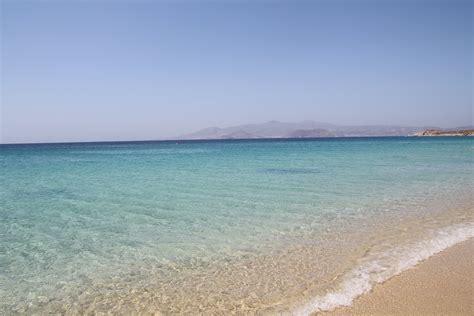 naxos turisti per caso la spiaggia e il mare di agios prokopios viaggi vacanze