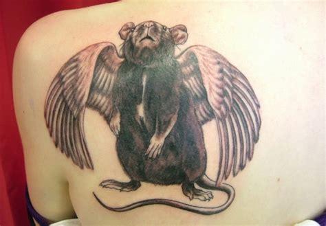 tatuaje de rana negra con alas blancas en la espalda
