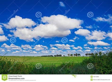 imagenes de nuves blancas nubes blancas en el cielo azul fotos de archivo imagen