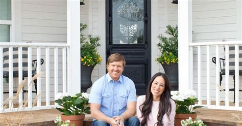 chip and joanna gaines tour schedule take a tour of chip and joanna gaines magnolia house b b new beds breakfast and bed and