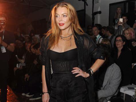 Lindsay Lohan For Stuart by Evitar Lugares E Pessoas N 227 O 233 Ela Lindsay Lohan Abre