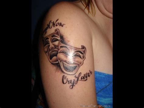 tatouage femme phrase masque