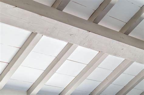 soffitto travi un soffitto bianco con travi greige per un casale molto chic