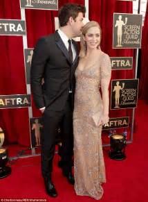 emily blunt wife sag awards 2017 john krasinski escorts wife emily blunt