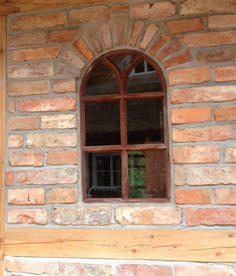 fenster mit rundbogen eisenfenster mit rundbogen fenster gartenmauer runder