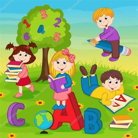 imagenes de niños jugando y leyendo ni 241 os en el pasto leyendo un libro archivo im 225 genes