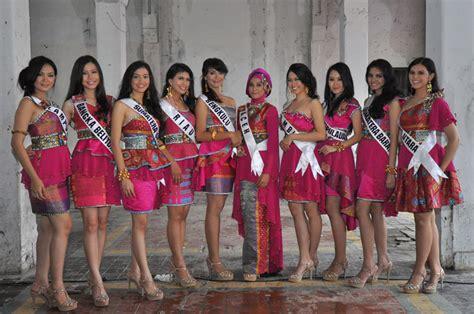 gaun putri indonesia finalis putri indonesia 2014 kenakan gaun bernuansa