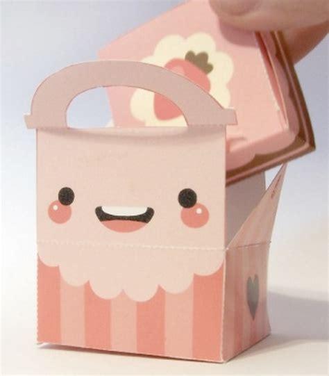 escolha um papel de presente com a esta que desejar e recorte a em como fazer embalagem de presente para o dia dos namorados