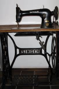 pictures of a sewing machine file singer sewing machine jpg wikimedia commons