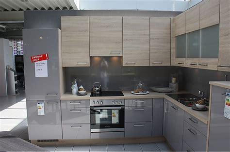 graue einbauküche wohnideen wohnzimmer gelb