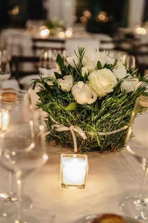 centrotavola fiori matrimonio centrotavola con erbe aromatche e peonie bianche