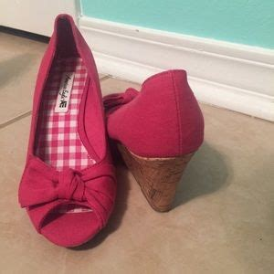 33 american eagle by payless shoes pink wedges