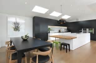 cuisine ouverte sur salle manger table bois chaise mur modern island kitchen design using wood panelling photo