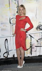 sophisticated makeup for 35 years old sophie monk wows in a red dress at artist louis carreon s