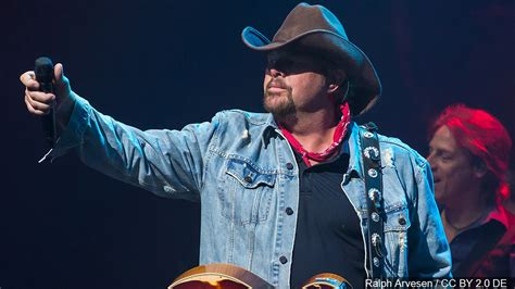 toby keith football toby keith to headline hall of fame concert in august