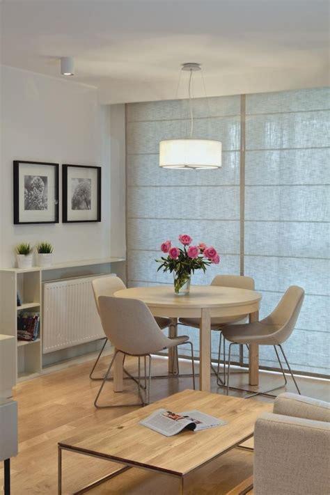 esstisch rund helles holz essecke wohnzimmer graue stuhle