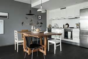 une cuisine 233 l 233 gante au mur gris et au parquet fonc 233