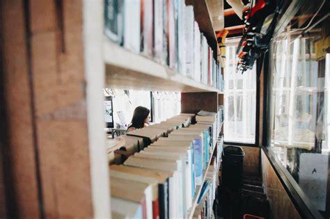 Gracia Rak Buku Rak Buku Kecil buku buku berdebu di sudut