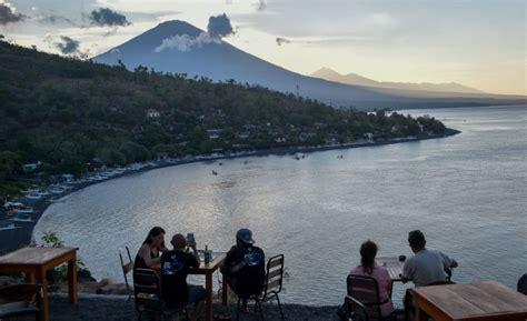emirates volcano bali bali volcano still showing signs of danger after a week on