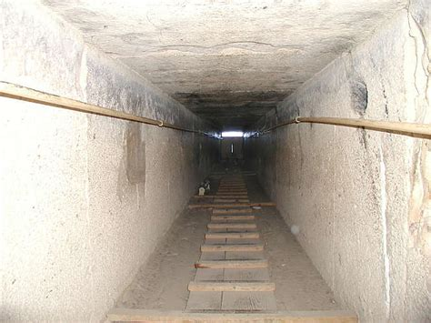 pyramiden innen file descendant grande pyramide jpg wikimedia commons