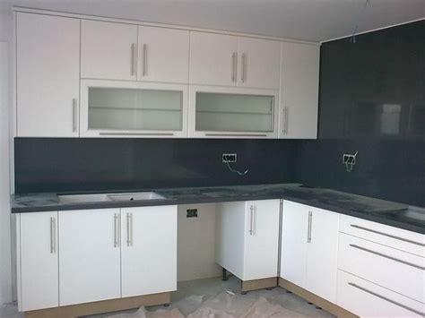 imagenes de cocinas minimalistas blancas foto cocina en postformado blanco frente en granito negro
