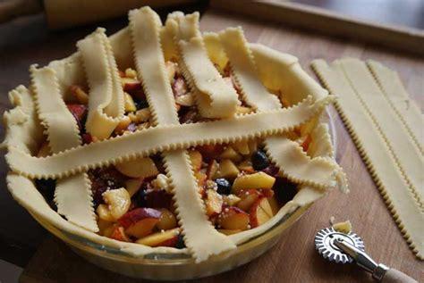 kuchen mit gefrorenen früchten so stellt ein teiggitter f 195 188 r einen obstpie