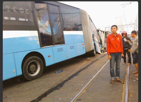 Lu Senja Mobil Avanza mengerikan ini foto foto kecelakaan kereta tabrak