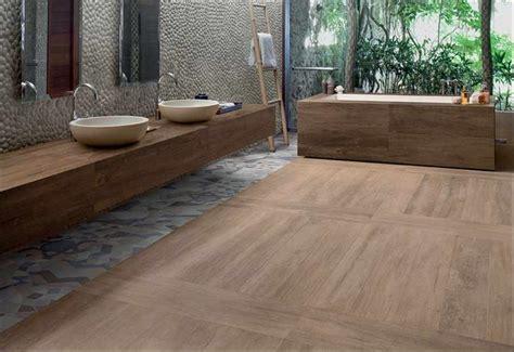badezimmer ideen holzfliesen fliesen naturstein f 252 r bad badezimmer b 228 der badfliesen