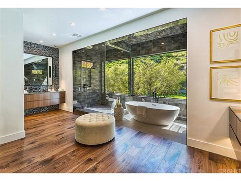 kris jenner bathroom kris jenner buys new mansion and she ll be neighbours with kim and kanye photo 7
