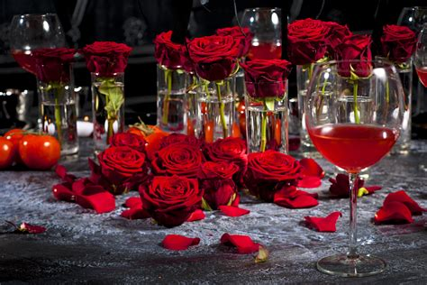 festive table decorations with roses
