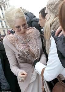 Payudara Lady Gaga diraba oleh seorang wanita