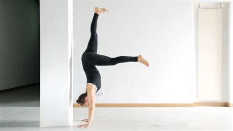 yoga handstand tutorial for beginners handstand lernen anf 228 nger tutorial beste vor 252 bungen
