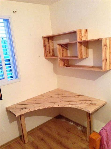 Diy pallet desk with art style shelves