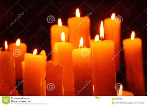 foto candele accese candele candela accesa su fondo nero fotografia stock